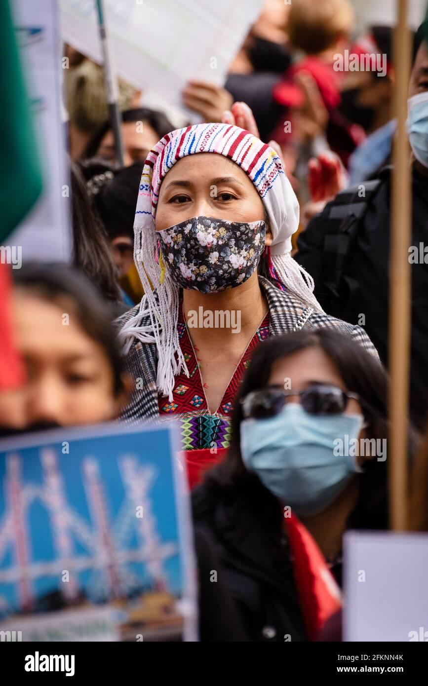 Londra, Regno Unito. 2 maggio 2021. La protesta globale del Myanmar contro il governo militare del Myanmar e a favore del governo di unità nazionale Foto Stock