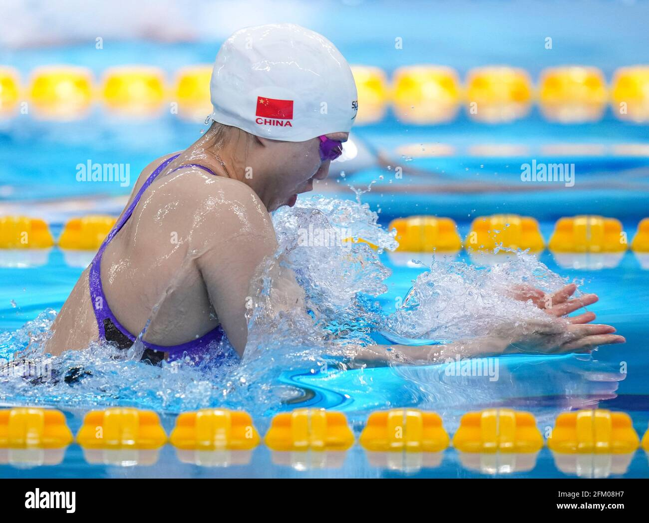 Qingdao, Cina. 5 maggio 2021. Tang Qianting di Shanghai compete durante la semifinale femminile di 200m al campionato nazionale cinese di nuoto 2021 a Qingdao, Cina orientale, 5 maggio 2021. Credit: Xu Chang/Xinhua/Alamy Live News Foto Stock