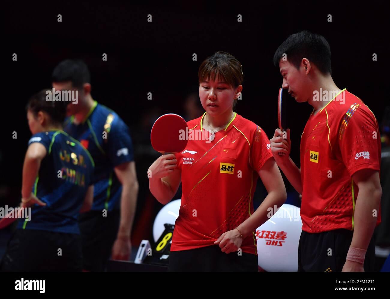 Xinxiang, provincia cinese di Henan. 5 maggio 2021. Zhou Yu (1° R)/Chen Xingtong (2° R) comunicano durante la doppia finale mista tra Xu Xin/Liu Shiwen e Zhou Yu/Chen Xingtong al WTT 2021 (World Table Tennis) Grand Smash Trials e Simulazione Olimpica a Xinxiang, provincia centrale di Henan, 5 maggio 2021. Credit: Li Jianan/Xinhua/Alamy Live News Foto Stock
