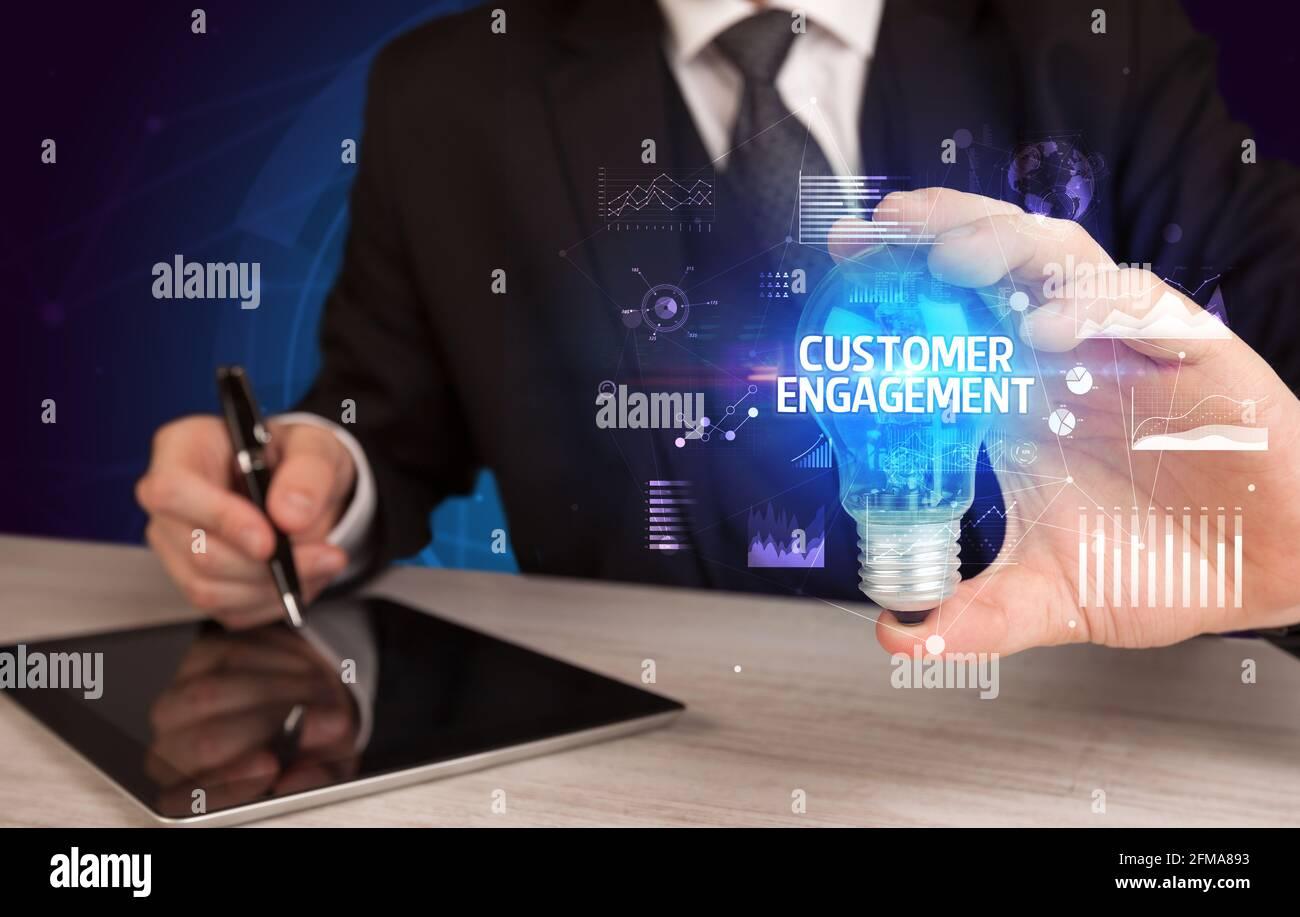 Uomo d'affari che tiene una lampadina, nuovo concetto di business Foto Stock