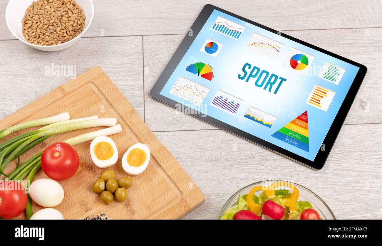 Alimenti biologici e pc tablet Foto Stock