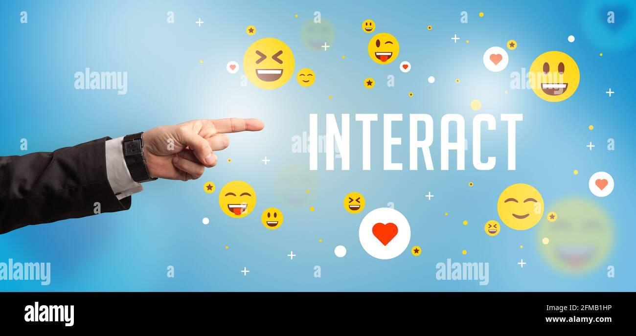 Primo piano di una mano ritagliata che punta al concetto di social media Foto Stock