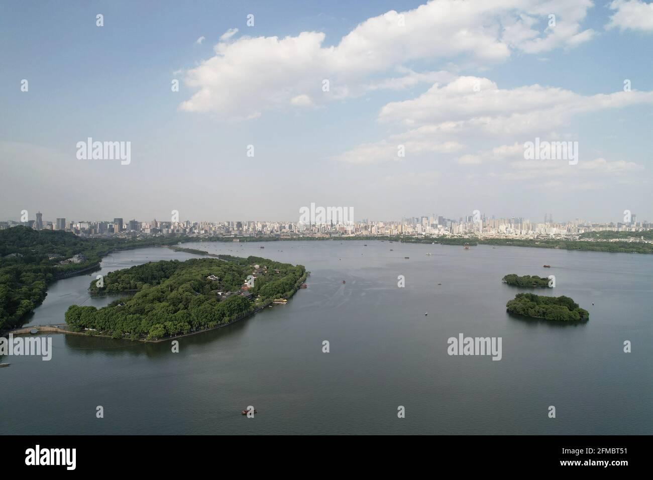 Hangzhou. 7 maggio 2021. La foto aerea scattata il 7 maggio 2021 mostra una vista dell'area panoramica del Lago Ovest a Hangzhou, capitale della provincia Zhejiang della Cina orientale. Credit: Long Wei/Xinhua/Alamy Live News Foto Stock