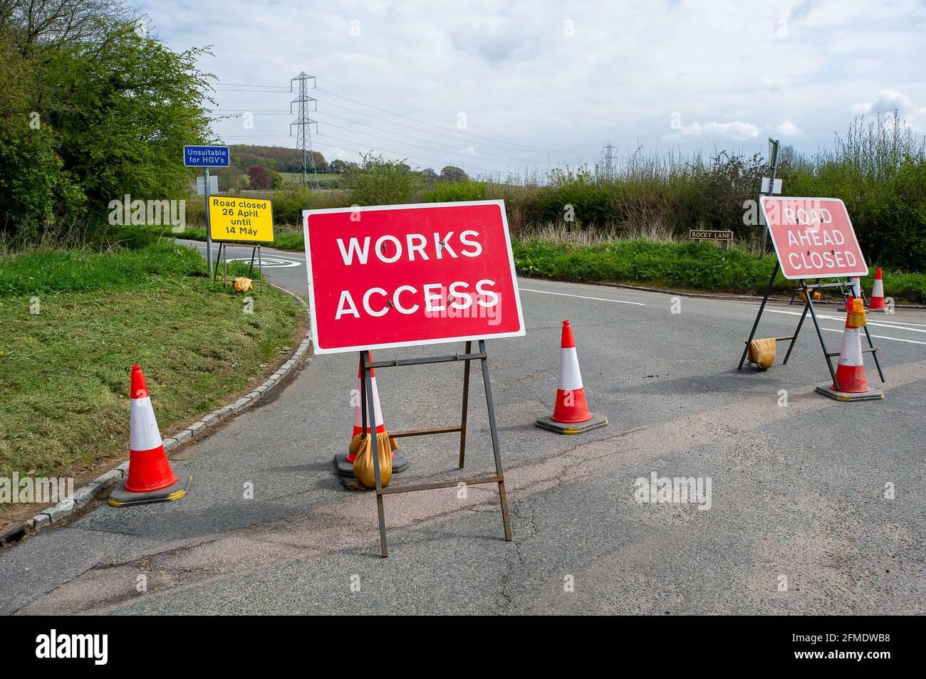 Aylesbury vale, Buckinghamshire, Regno Unito. 29 aprile 2021. La HS2 ha chiuso Rocky Road fino al 14 maggio 2021 per ulteriori lavori sulla costruzione della ferrovia ad alta velocità da Londra a Birmingham. La sicurezza HS2 sta bloccando il traffico e le telecamere TVCC HS2 vengono utilizzate da HS2. HS2 ha anche chiuso un certo numero di sentieri locali tra cui la strada di collegamento da Rocky Lane a Durham Farm, tuttavia, nessuna delle chiusure dei sentieri sono elencati dal Consiglio Buckinghamshire sul loro sito web. Credito: Maureen McLean/Alamy Foto Stock