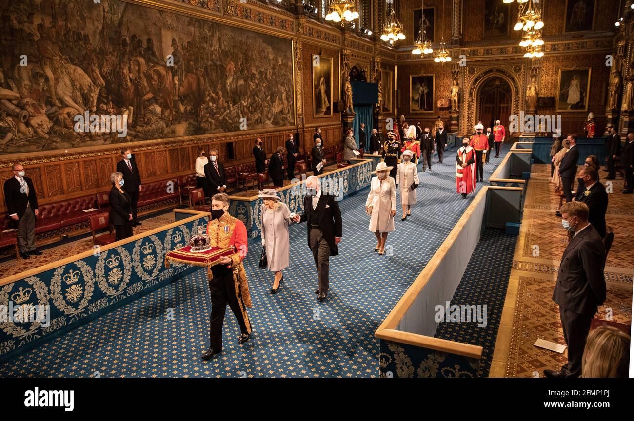 La Regina Elisabetta II, accompagnata dal Principe di Galles, procede attraverso la Galleria reale prima di tenere il discorso della Regina durante l'apertura di Stato del Parlamento nella Camera dei Lord al Palazzo di Westminster a Londra. Data immagine: Martedì 11 maggio 2021. Foto Stock