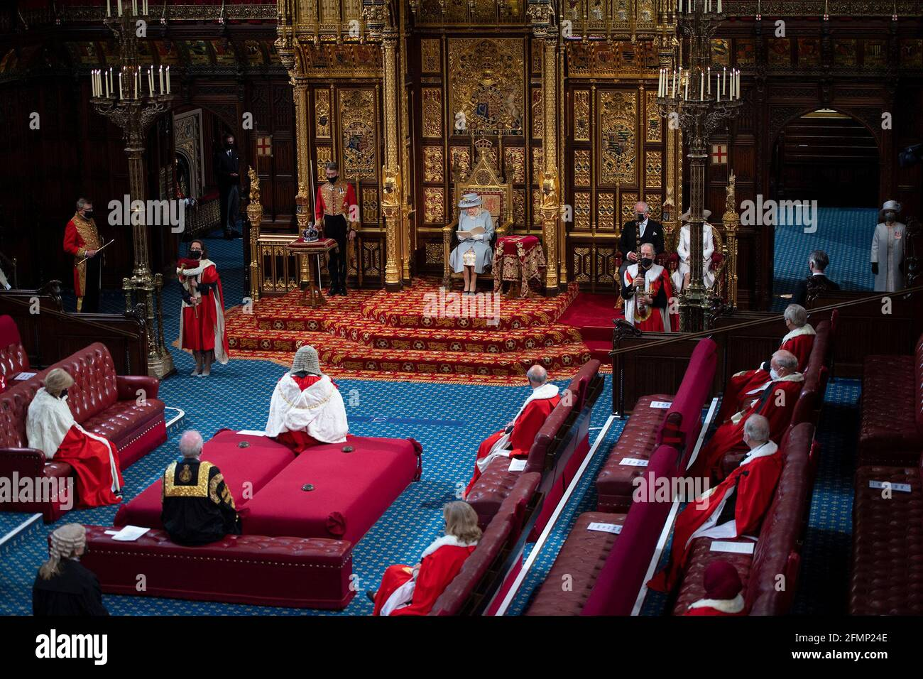 La regina Elisabetta II ha pronunciato un discorso dal trono in House of Lords al Palace of Westminster di Londra mentre descrive il programma legislativo del governo per la prossima sessione durante l'apertura di Stato del Parlamento. Data immagine: Martedì 11 maggio 2021. Foto Stock