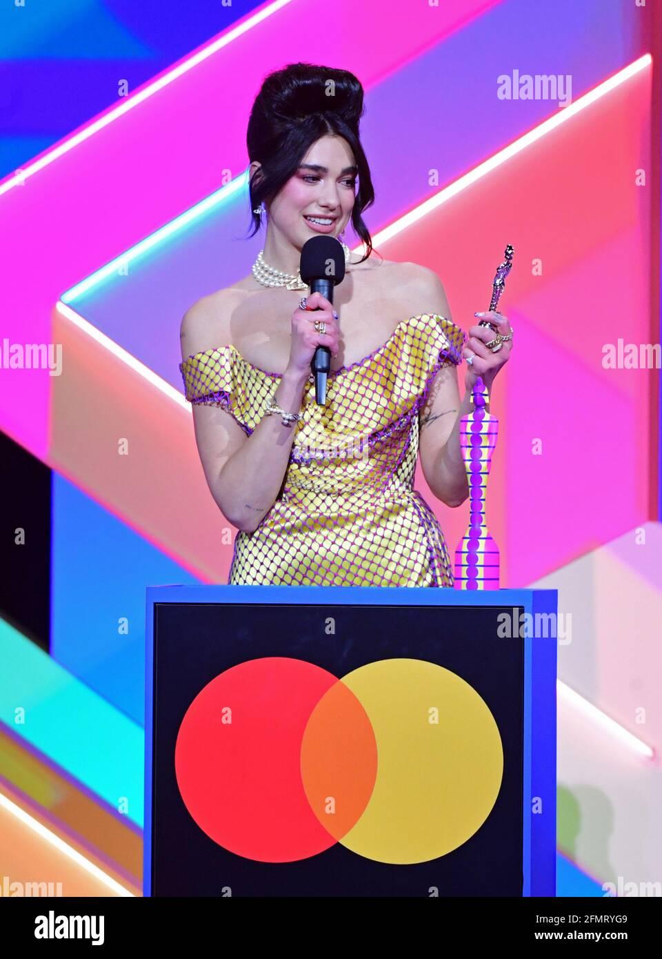 Dua Lipa accetta il premio per Female solo Artist durante i Brit Awards 2021 all'O2 Arena di Londra. Data immagine: Martedì 11 maggio 2021. Foto Stock