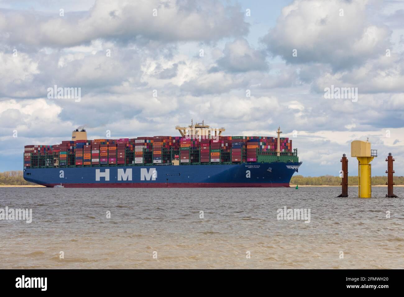 Stade, Germania – 7 maggio 2021: HMM LE HAVRE, con le sue navi gemelle della classe Megamax, la più grande nave portacontainer del mondo. Foto Stock