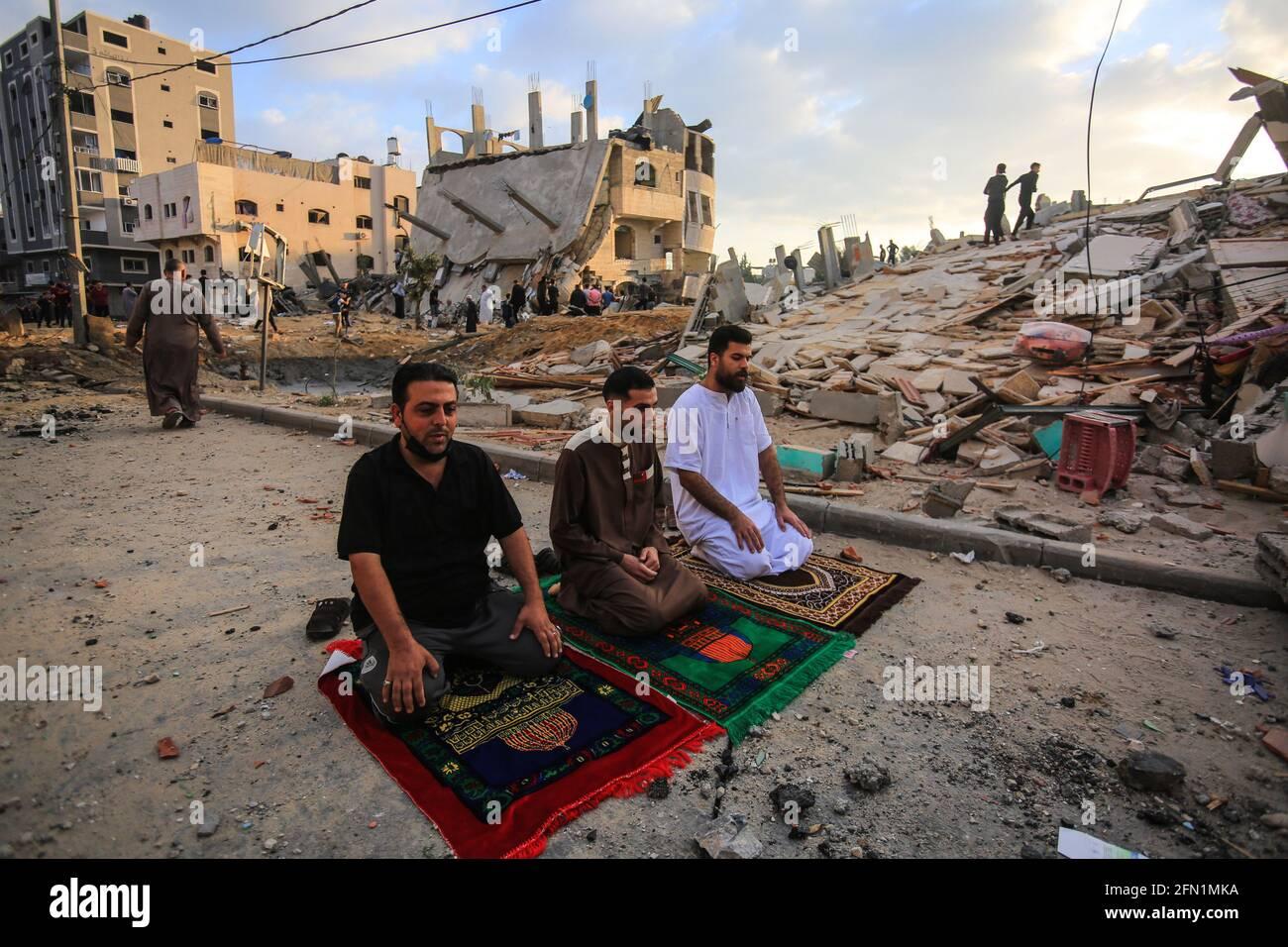 La striscia di Gaza, la Palestina, la Palestina. 13 maggio 2021. Città di Gaza dopo una notte pesante di bombardamenti israeliani di aerei da guerra credito: Mahmoud Khattab/Quds Net News/ZUMA Wire/Alamy Live News Foto Stock