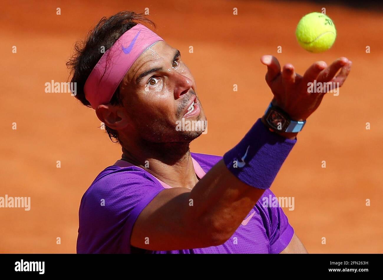 Tennis - ATP Masters 1000 - Italian Open - Foro Italico, Roma - 13 maggio 2021 Rafael Nadal in azione durante il suo terzo round contro il canadese Denis Shapovalov REUTERS/Guglielmo Mangiapane Foto Stock