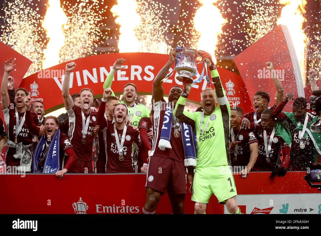 Il Wes Morgan di Leicester City (a sinistra) e il portiere di Leicester City Kasper Schmeichel sollevano il trofeo dopo la finale della fa Cup di Emirates allo stadio di Wembley, Londra. Data immagine: Sabato 15 maggio 2021. Foto Stock