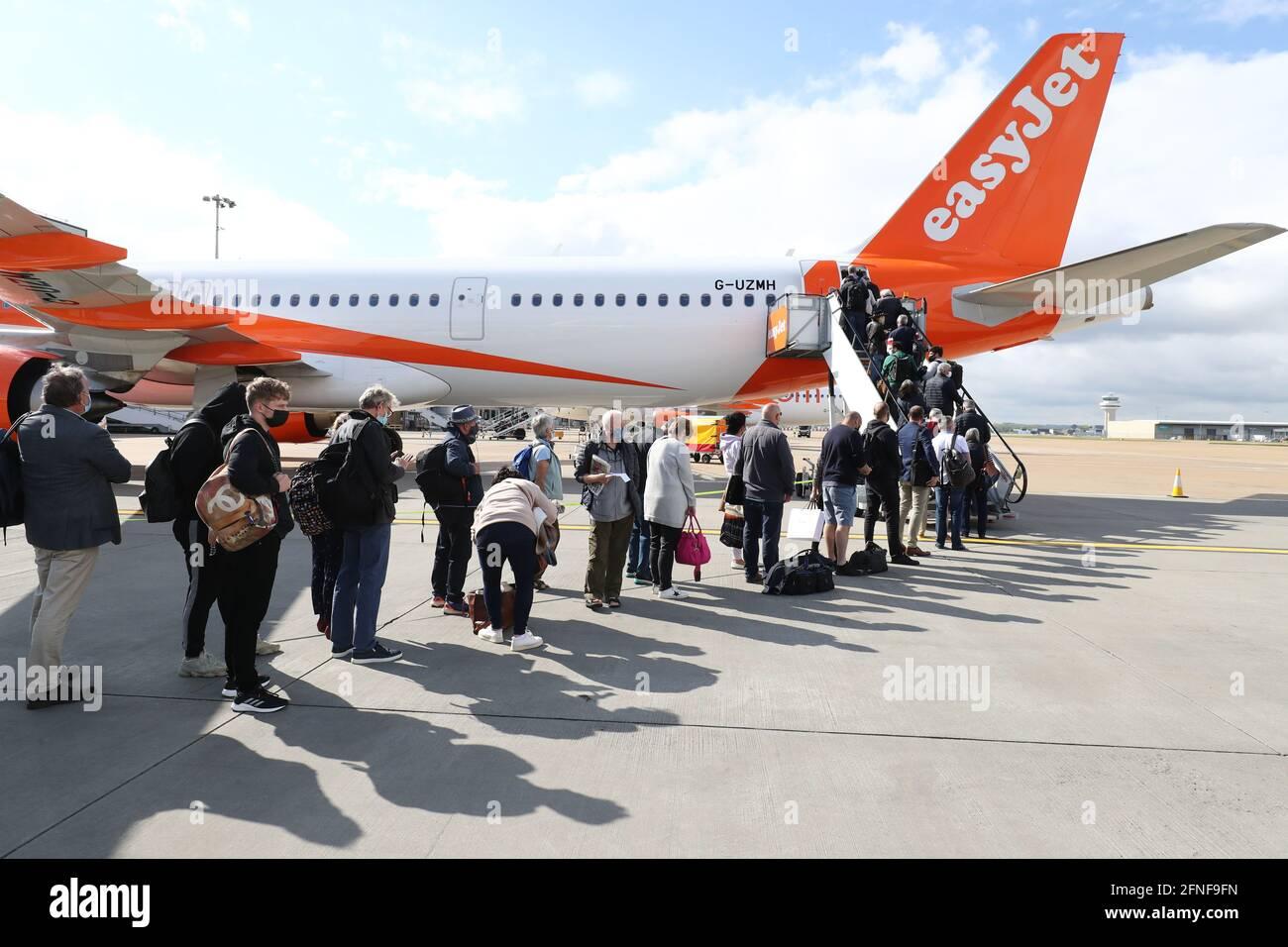 I passeggeri si preparano a salire a bordo di un volo easyJet per Faro, Portogallo, all'aeroporto di Gatwick, nel Sussex occidentale, dopo che il divieto di viaggiare per turismo internazionale per le persone in Inghilterra è stato revocato in seguito all'ulteriore allentamento delle restrizioni di blocco. Data immagine: Lunedì 17 maggio 2021. Foto Stock