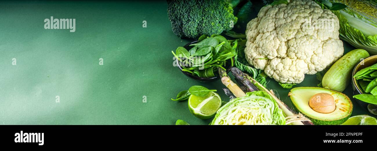 Dieta sana Primavera cibo sfondo. Assortimento di ortaggi freschi verdi organici crudi: Broccoli, cavolfiore, zucchine, cetrioli, asparagi, spinaci Foto Stock