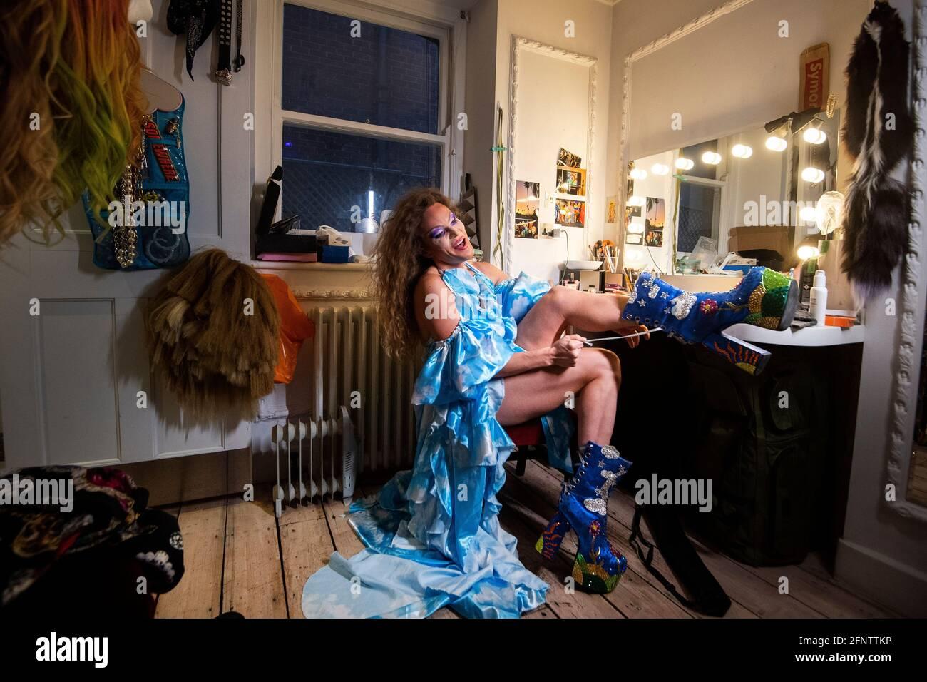 Willam di RuPaul's Drag Race, protagonista della commedia di West End Death Drop, indossa un paio di stivali in uno spogliatoio del Garrick Theatre di Londra, mentre il teatro si prepara a riaprire dopo l'ulteriore allentamento delle restrizioni di blocco in Inghilterra. Data immagine: Mercoledì 19 maggio 2021. Foto Stock