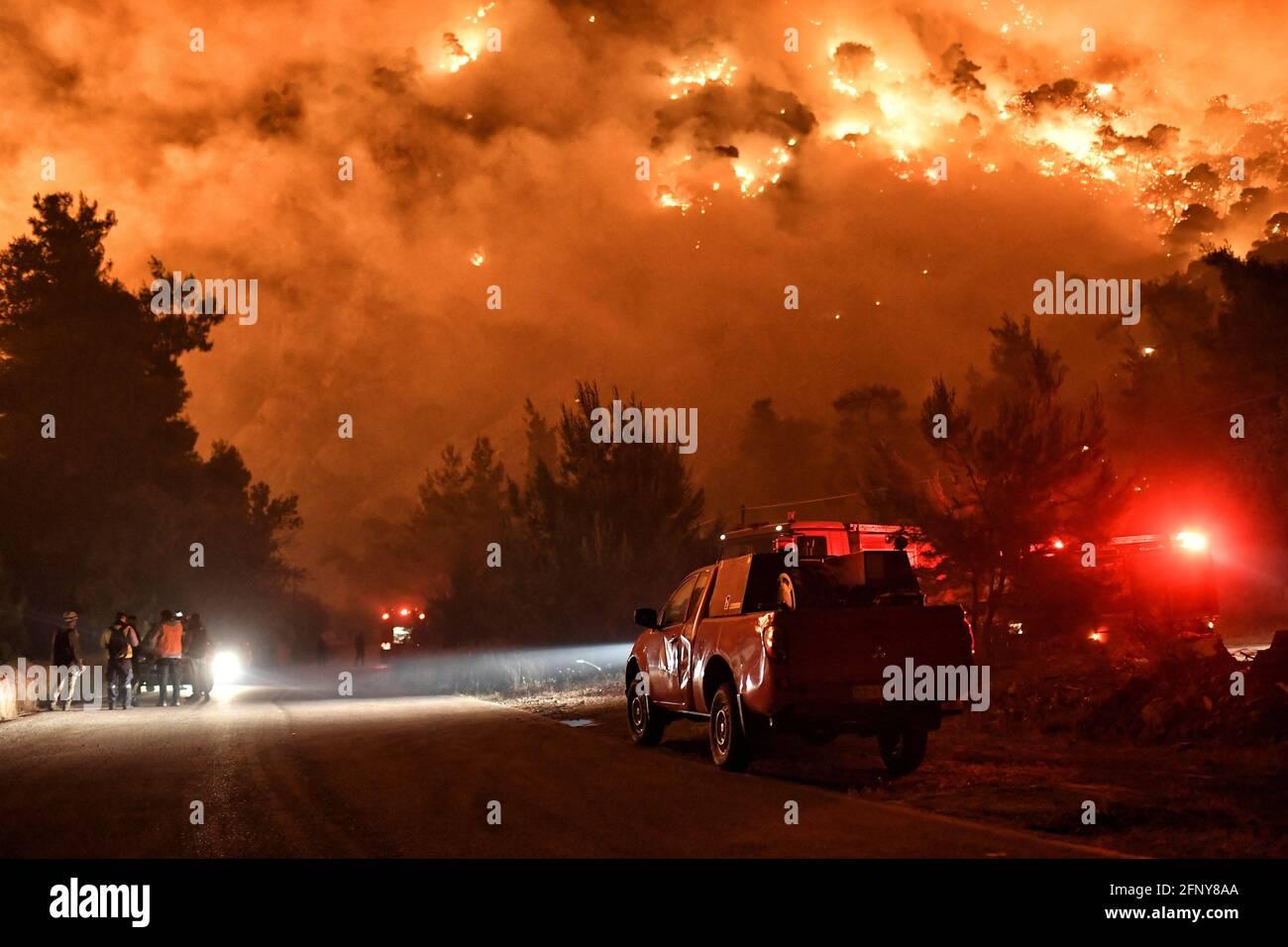 Le fiamme aumentano mentre i vigili del fuoco ed i volontari cercano di estinguere un incendio che brucia nel villaggio di Schinos, vicino Corinto, Grecia, 19 maggio 2021. Foto scattata il 19 maggio 2021. REUTERS/Vassilis Psomas Foto Stock