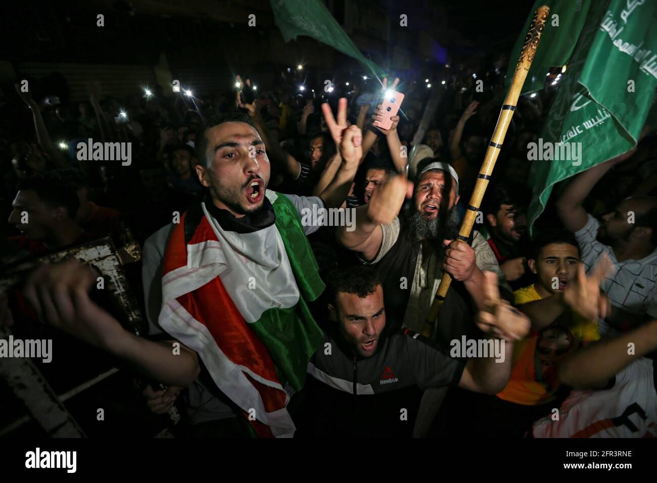 I palestinesi festeggiano per le strade dopo un cessate il fuoco, nella striscia di Gaza meridionale, il 21 maggio 2021. REUTERS/Ibraheem Abu Mustafa Foto Stock