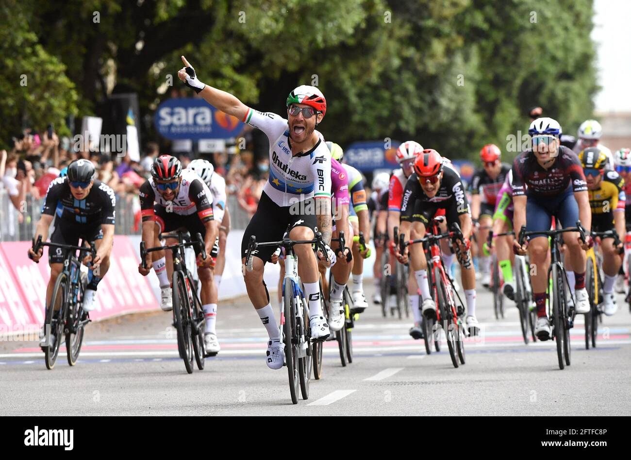 Ciclismo - giro d'Italia - Stage 13 - Ravenna to Verona, Italy - May 21, 2021 il pilota Qhubeka Assos Giacomo Nizzolo d'Italia celebra la tappa vincente 13 REUTERS/Jennifer Lorenzini Foto Stock