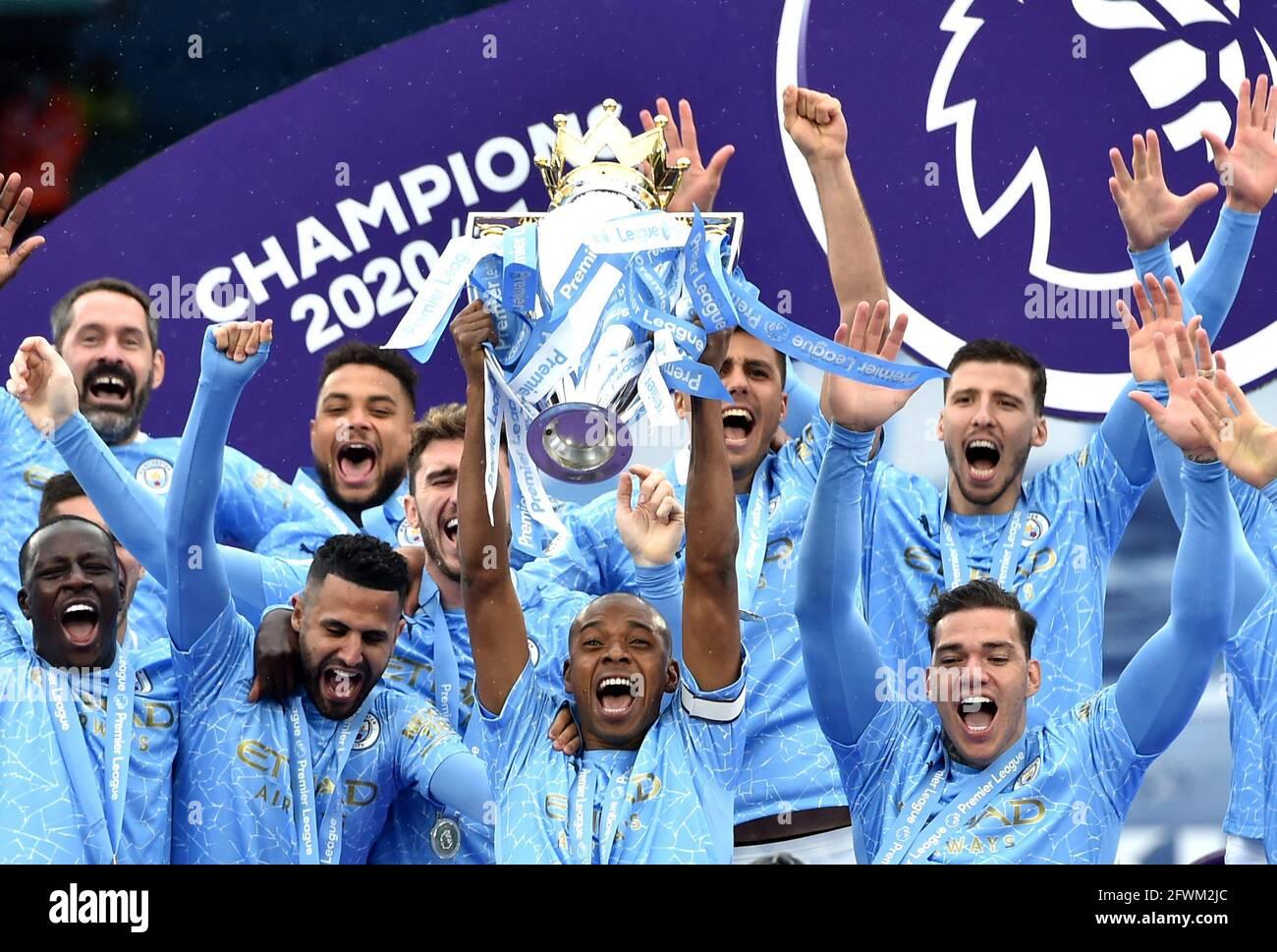 Fernandinho di Manchester City solleva il trofeo dopo la partita della Premier League all'Etihad Stadium di Manchester. Data immagine: Domenica 23 maggio 2021. Foto Stock