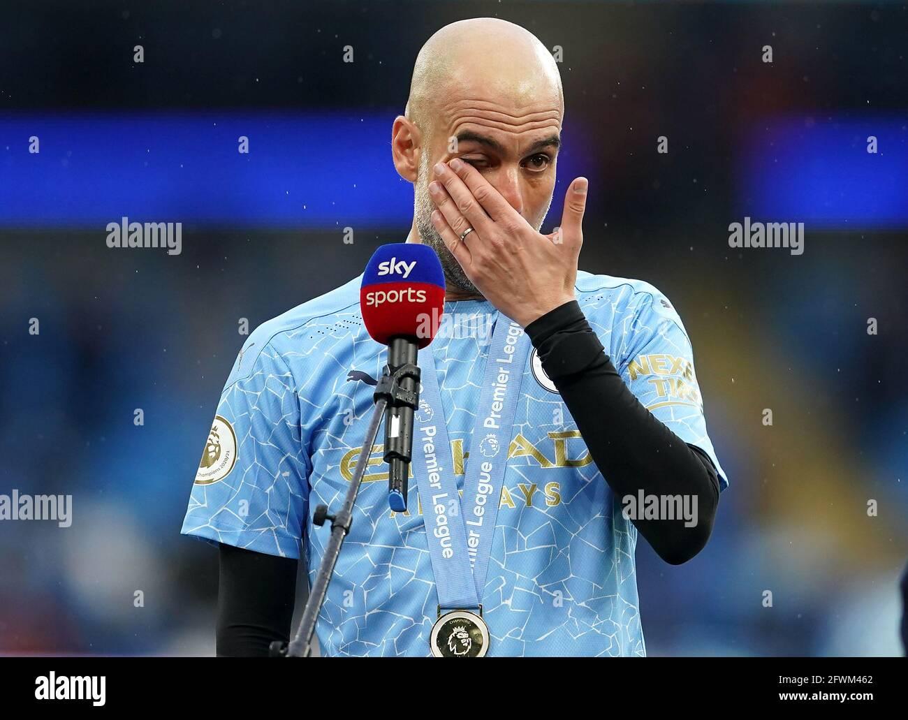 Il manager della città di Manchester Pep Guardiola parla con Sky Sports dopo aver vinto il Premier League Trophy dopo il fischio finale nella partita della Premier League all'Etihad Stadium di Manchester. Data immagine: Domenica 23 maggio 2021. Foto Stock