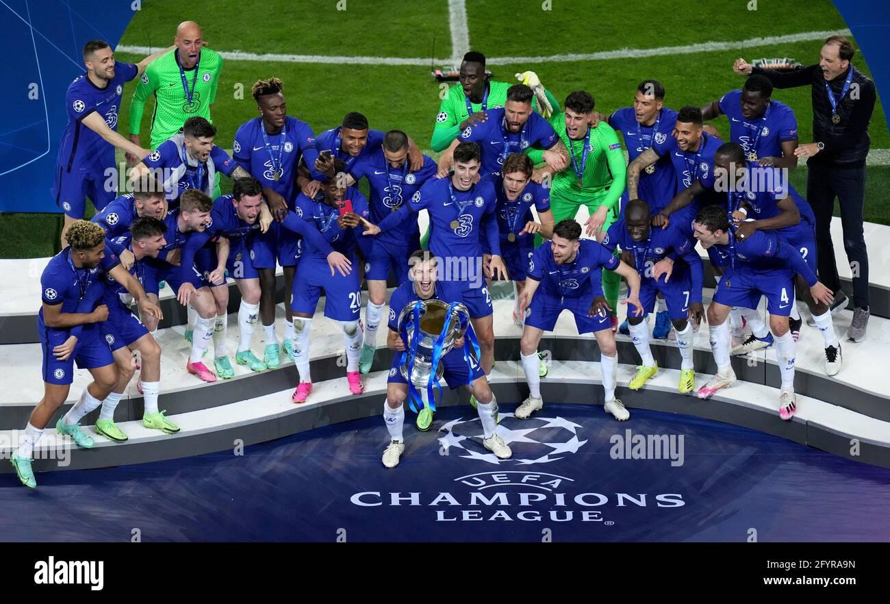 Cesar Azpilicueta di Chelsea (centro) e i compagni di squadra festeggiano con il trofeo dopo la finale della UEFA Champions League che si è tenuta all'Estadio do Dragao di Porto, in Portogallo. Data immagine: Sabato 29 maggio 2021. Foto Stock
