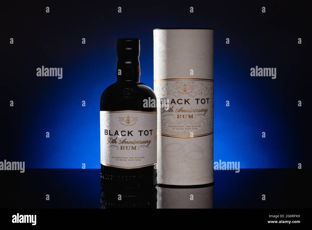 Praga, Repubblica Ceca - 18 Marzo, 2021: Black Tot 50 ° anniversario Rum su sfondo blu. Foto Stock