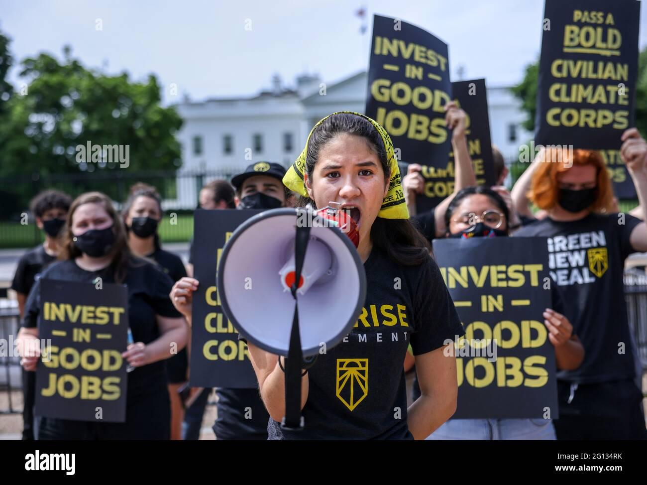Audrey Lin canta durante una dimostrazione del movimento Sunrise fuori dalla Casa Bianca chiedendo azione sul cambiamento climatico e posti di lavoro verdi a Washington, Stati Uniti, 4 giugno 2021. REUTERS/Evelyn Hockstein Foto Stock