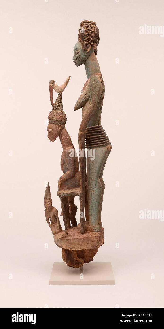 Veranda posta di Re Enthroned e moglie Senior (OPO Ogoga) - 1910/14 - Olowe di ISE (morto 1938) Yoruba Ikere, regione di Ekiti, Nigeria dal palazzo Foto Stock
