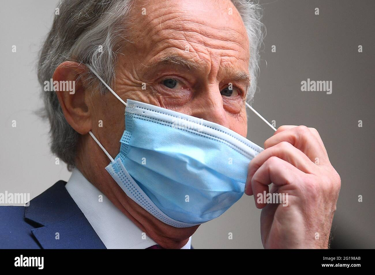 L'ex primo ministro Tony Blair fuori dalla BBC Broadcasting House nel centro di Londra per la sua apparizione sul programma BBC1 Current Affairs, l'Andrew Marr Show. Data immagine: Domenica 6 giugno 2021. Foto Stock