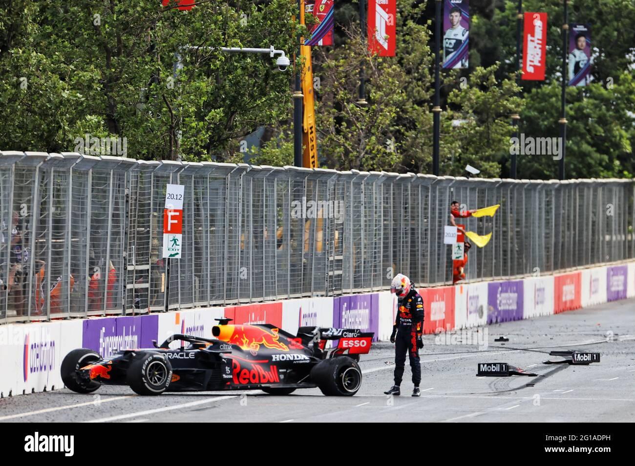 Baku, Azerbaigian. 06 giugno 2021. Max Verstappen (NLD) Red Bull Racing RB16B si è schiantato fuori gara. 06.06.2021. Campionato del mondo Formula 1, Rd 6, Gran Premio di Azerbaigian, circuito di Baku Street, Azerbaigian, Giorno della gara. Il credito fotografico dovrebbe essere: XPB/immagini dell'associazione stampa. Credit: XPB Images Ltd/Alamy Live News Foto Stock