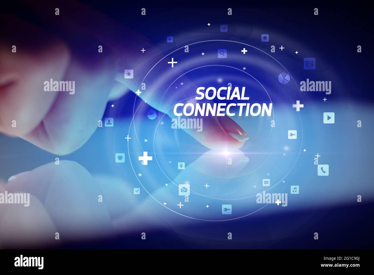 Tablet a contatto con le dita con icone dei social media Foto Stock