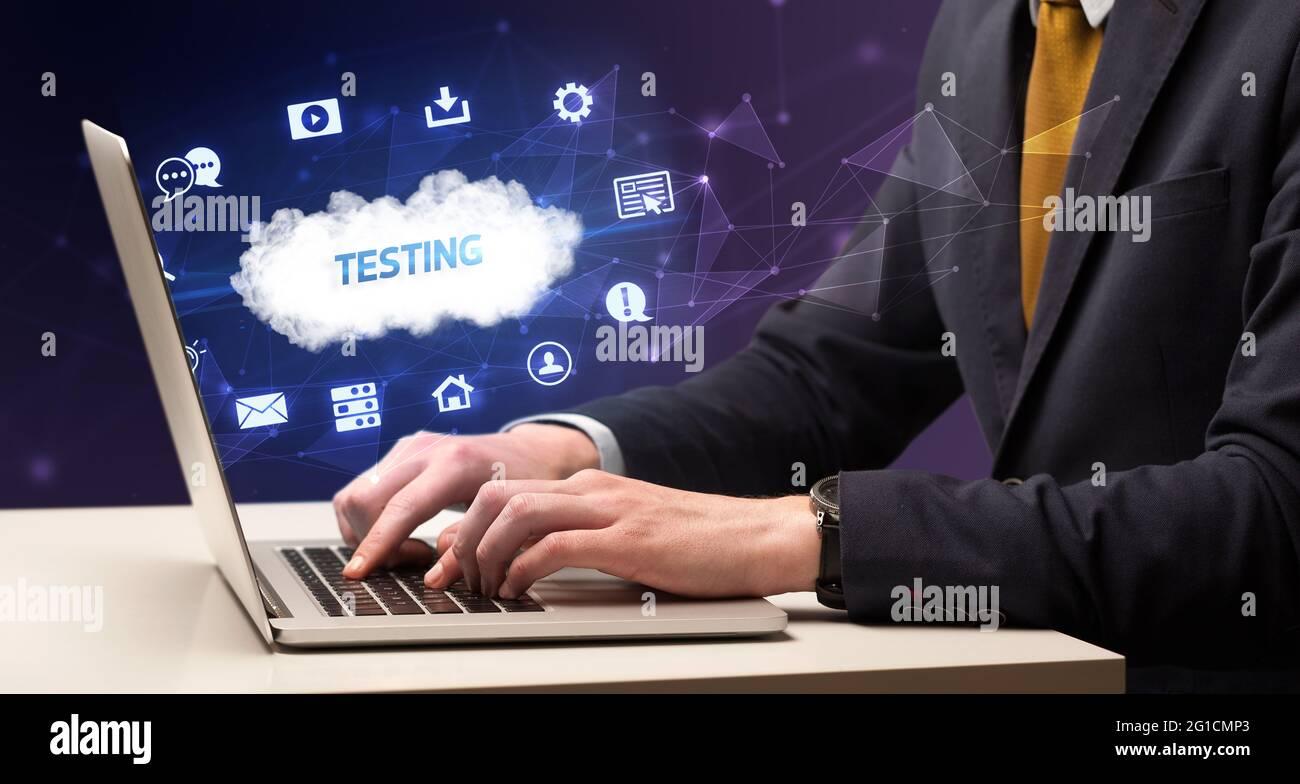 Uomo d'affari che lavora con il concetto di laptop Foto Stock