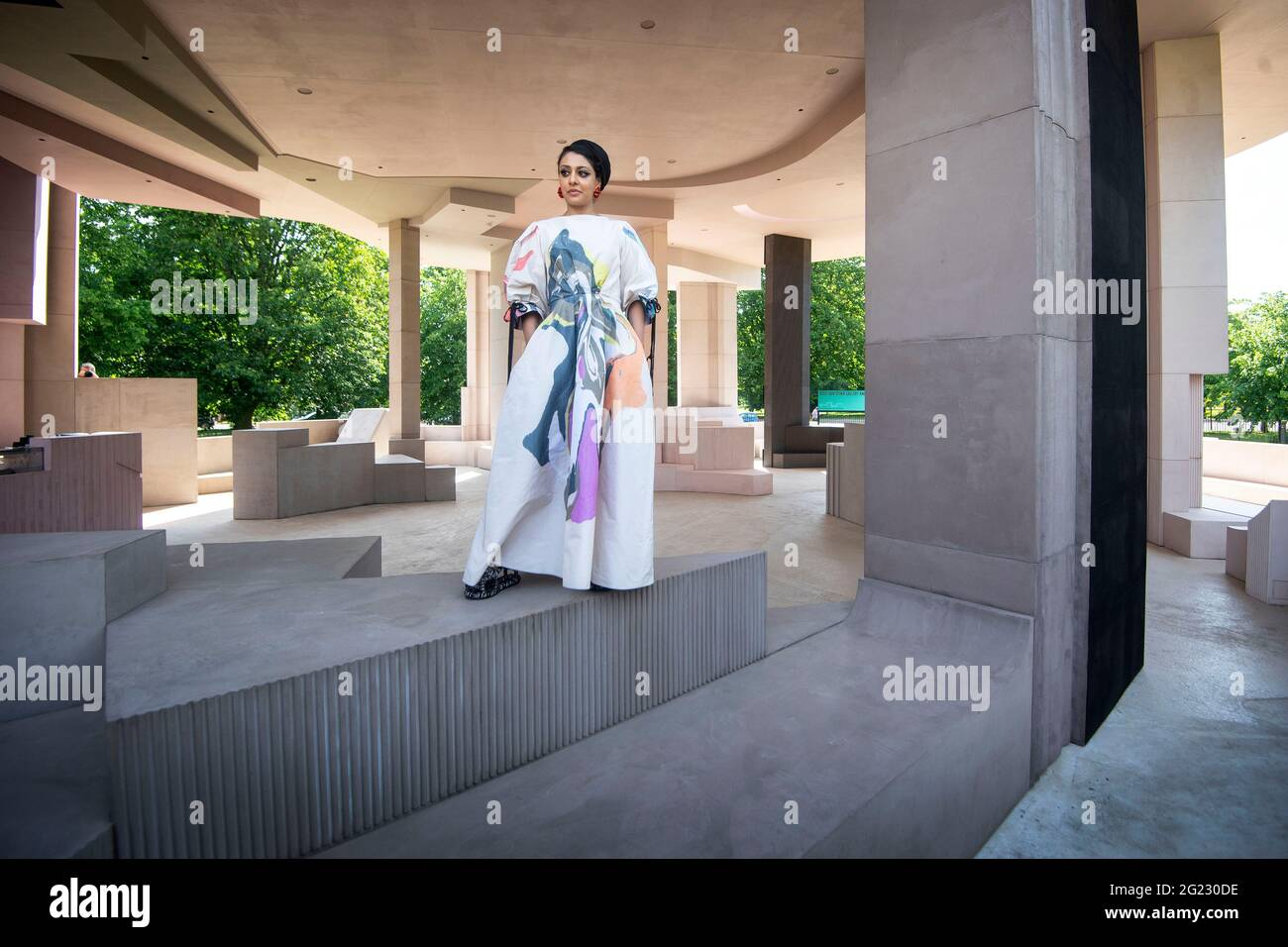 L'architetto Sumayya Vally durante un'anteprima stampa per il Padiglione Serpentine 2021, progettato da Practice Counterspace di Johannesburg, presso la Serpentine Gallery di Londra. Data immagine: Martedì 8 giugno 2021. Foto Stock