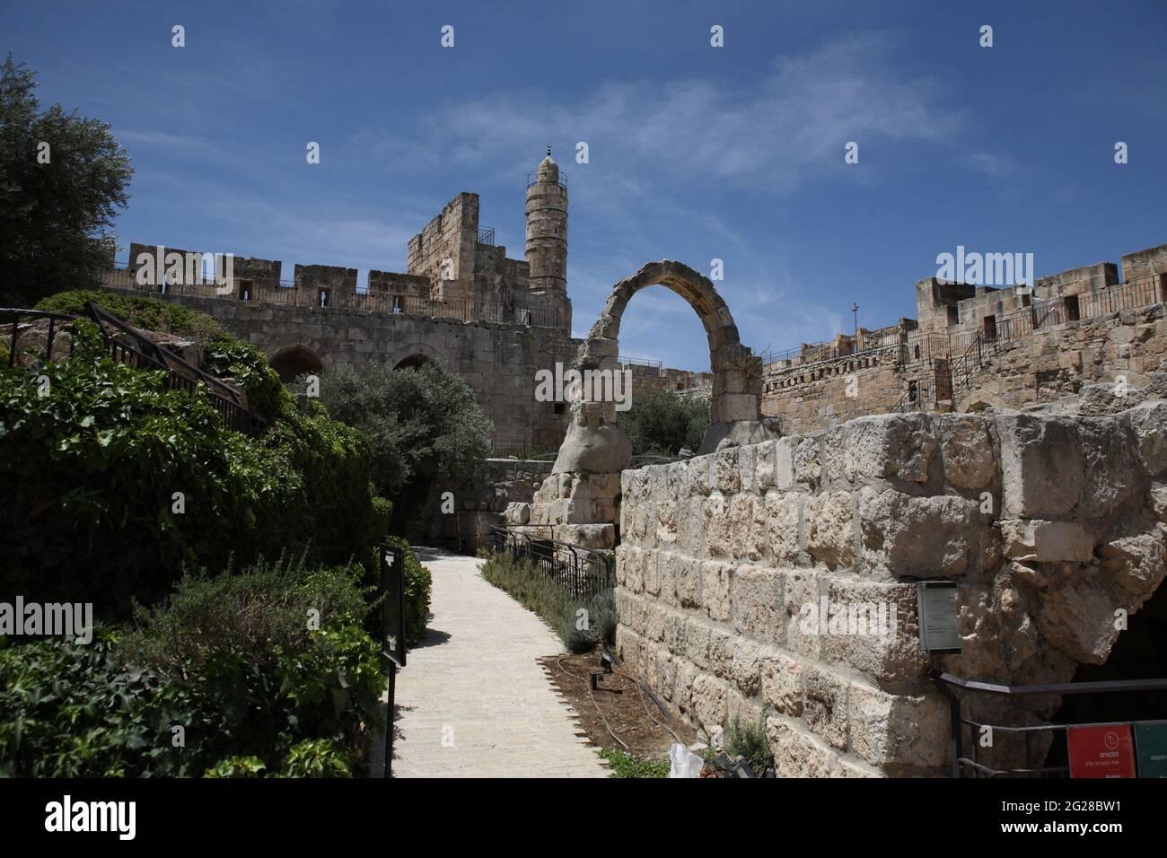 Torre di David o Cittadella di David, minareto di una parte moschea della cittadella. Ammira di fronte un arco e un muro, resti di fortificazioni più antiche. Foto Stock