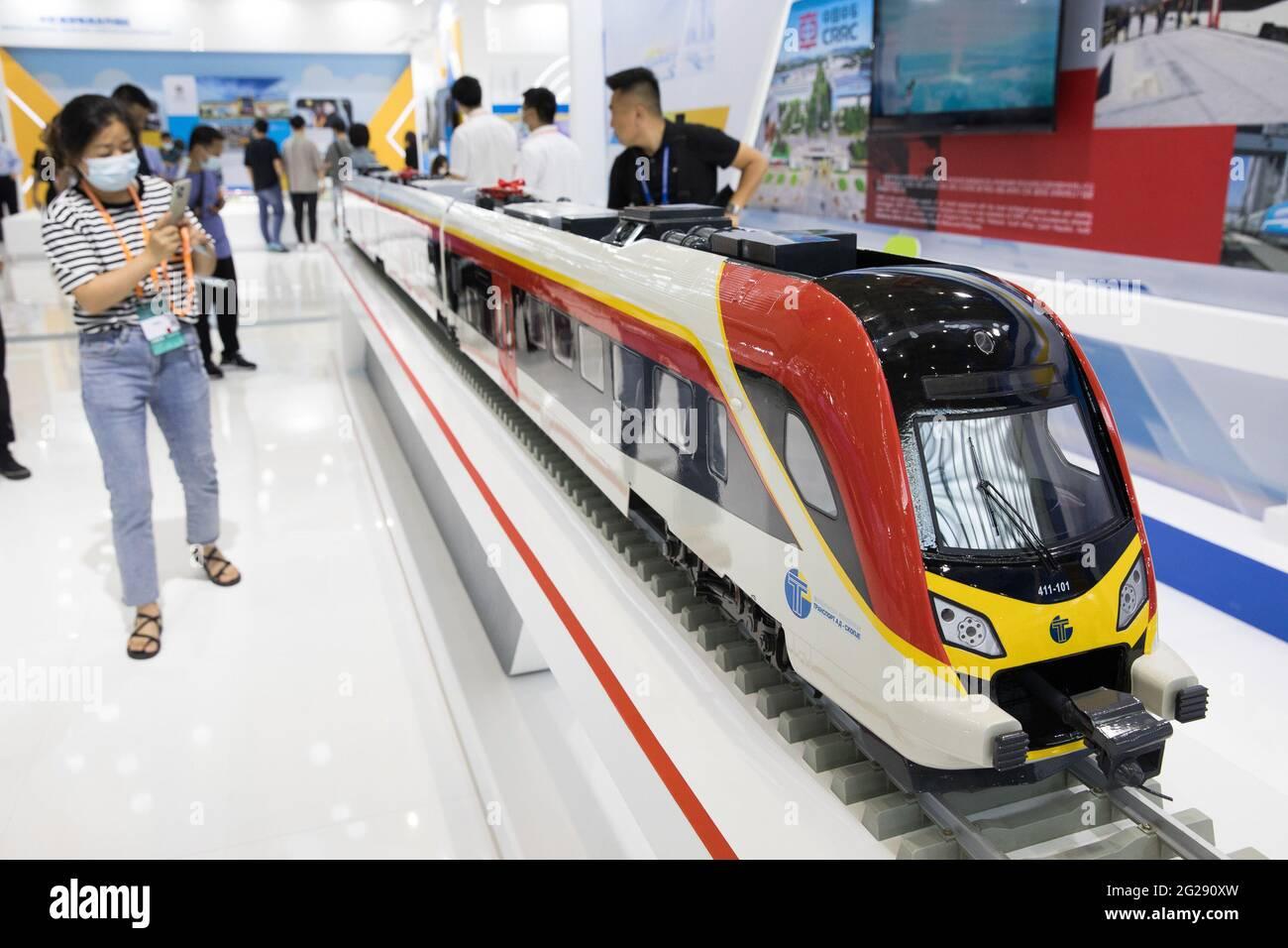 """Ningbo, provincia cinese di Zhejiang. 9 Giugno 2021. Un visitatore scatta foto di un modello di treno ad alta velocità al secondo Expo Cina-Paesi dell'Europa centrale e orientale (CEEC) a Ningbo, Provincia Zhejiang della Cina orientale, 9 giugno 2021. La fiera è stata aperta ai visitatori il mercoledì. Tema """"promuovere un nuovo paradigma di sviluppo, condividere un'opportunità vincente"""", l'esposizione mira a promuovere il commercio tra Cina e paesi dell'Europa centrale e orientale (PECO). Credit: Jin Liwang/Xinhua/Alamy Live News Foto Stock"""