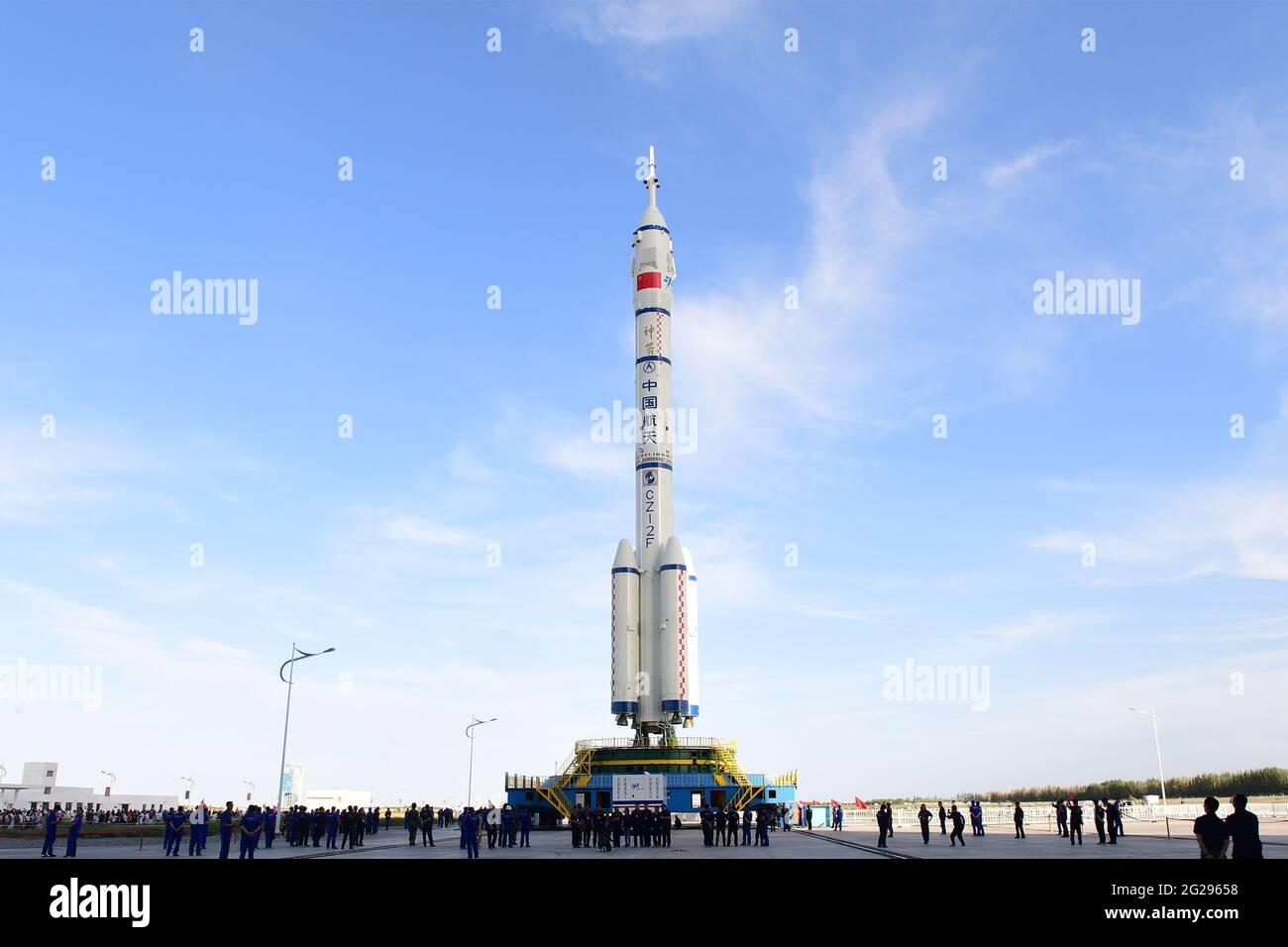 (210609) -- JIUQUAN, 9 giugno 2021 (Xinhua) -- la combinazione della navicella spaziale Shenzhen-12 con equipaggio e di un razzo portante Long March-2F è in corso di trasferimento nell'area di lancio del Centro di lancio satellitare Jiuquan nella Cina nord-occidentale, 9 giugno 2021. La combinazione della navicella spaziale Shenzhen-12 con equipaggio e di un razzo carrier Long March-2F è stata trasferita nell'area di lancio, ha detto mercoledì l'Agenzia spaziale cinese (CMSA). Credit: Xinhua/Alamy Live News Foto Stock