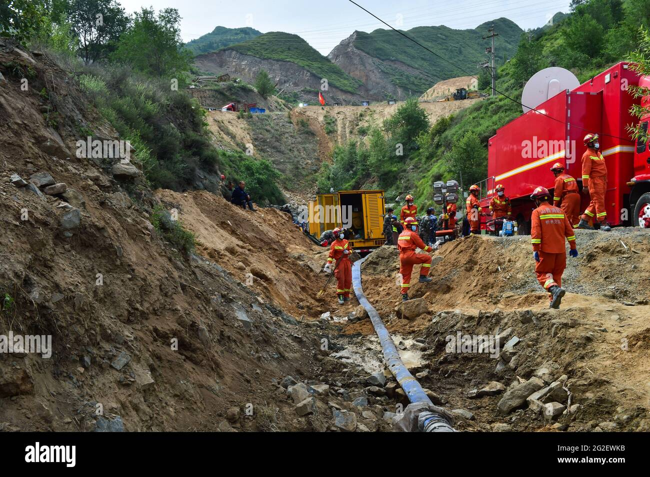 Daixian, provincia cinese di Shanxi. 11 Giugno 2021. I soccorritori lavorano nel luogo di incidente di un'inondazione di miniera di ferro nella contea di Daixian, nella provincia di Shanxi, nella Cina settentrionale, il 11 giugno 2021. Tredici persone sono state intrappolate in una miniera di ferro alluvione nella provincia di Shanxi del nord della Cina, le autorità locali hanno detto Giovedi. Il lavoro di salvataggio è in corso. Credit: Chai Ting/Xinhua/Alamy Live News Foto Stock