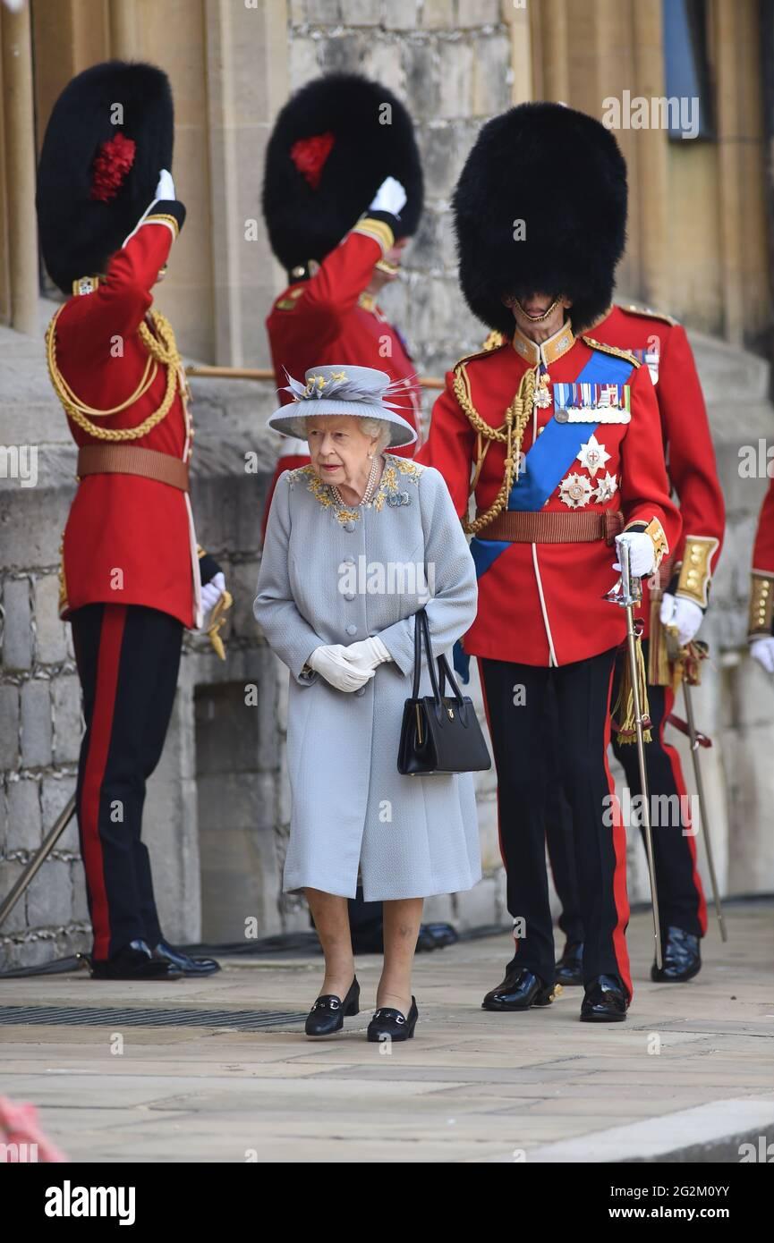 La Regina Elisabetta II durante una cerimonia al Castello di Windsor nel Berkshire per celebrare il suo compleanno ufficiale. Data immagine: Sabato 12 giugno 2021. Foto Stock