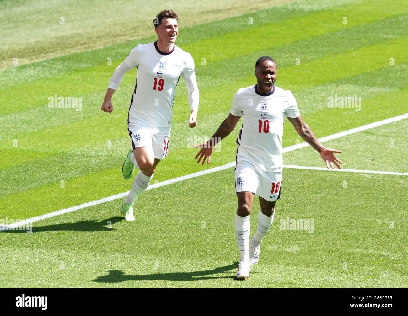 Il Raheem Sterling (a destra) dell'Inghilterra celebra il primo gol della partita durante la partita UEFA Euro 2020 Group D al Wembley Stadium di Londra. Data immagine: Domenica 13 giugno 2021. Foto Stock