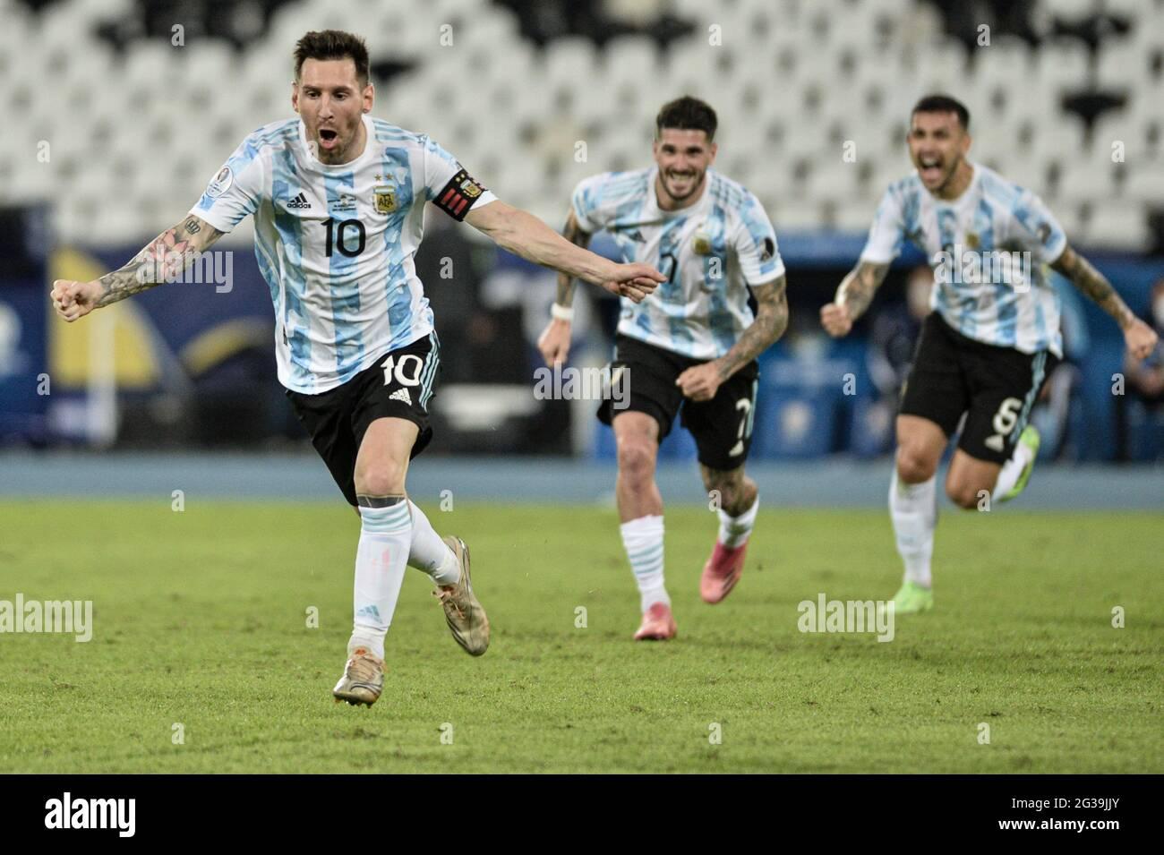 Rio de Janeiro, Brasile. 14 Giugno 2021. Messi segna nel corso della partita tra Argentina e Cile, valida per il primo round di Copa America Brasile 2021, che si tiene presso lo stadio Nilton Santos, Rio de Janeiro/RJ, questo lunedì (14). Credit: Nayra Halm/FotoArena/Alamy Live News Foto Stock