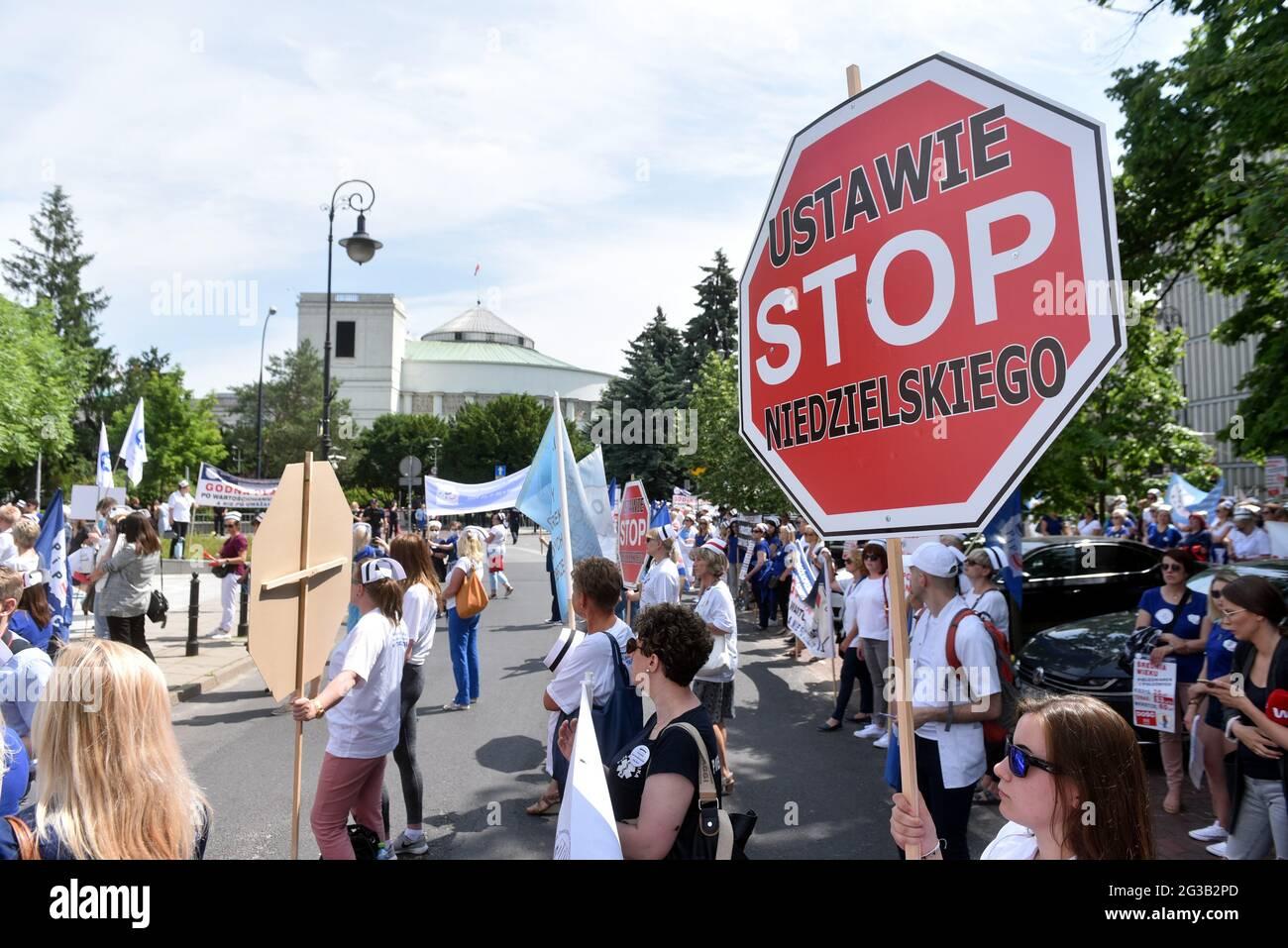Gli infermieri protestano al di fuori del Parlamento a Varsavia, Polonia, il 15 giugno 2021. Foto di Damian Burzykowski/Newspix/ABACAPRESS.COM Foto Stock