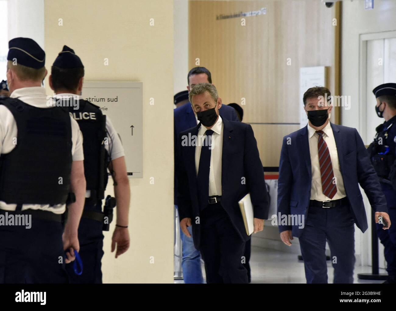 Parigi, Francia, il 15 giugno 2021. L'ex presidente Nicolas Sarkozy arriva per un'audizione del cosiddetto processo di Bygmalion, che lo vede accusato di finanziamenti illeciti per la sua fallita campagna di rielezione del 2012, a Parigi, in Francia, il 15 giugno 2021. Sarkozy e altri 13 sono accusati di istituire o beneficiare di un falso sistema di fatturazione per coprire milioni di euro in eccesso di spesa per i raduni delle campagne. Foto di Patrice Pierrot/Avenir Pictures/ABACAPRESS.COM Foto Stock