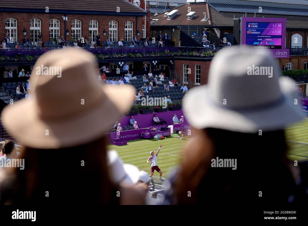 La folla guarda Andy Murray in azione contro Benoit Paire durante il secondo giorno dei Campionati Cinch al Queen's Club di Londra. Data immagine: Martedì 15 giugno 2021. Foto Stock