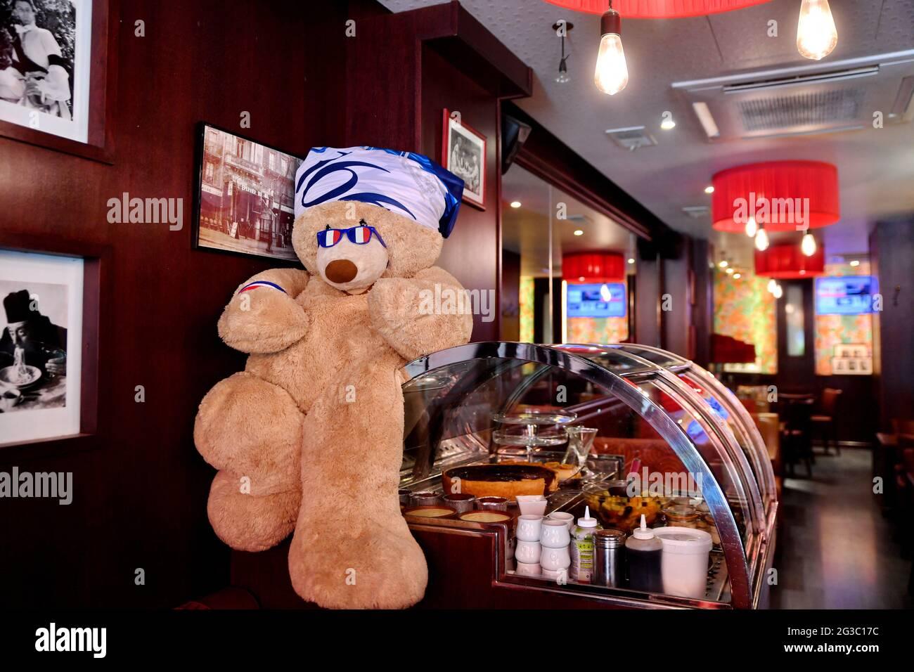 I bar si preparano prima della partita Francia-Germania durante L'EURO 2020, a Parigi, in Francia, il 15 giugno 2021. Foto di Karim Ait Adjedjou/Avenir Pictures/ABACAPRESS.COM Foto Stock
