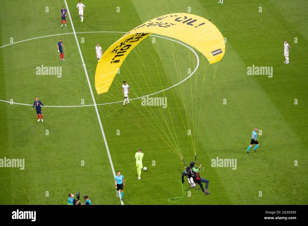 Un protetore di Greenpeace è visto volare nello stadio prima della partita del Campionato UEFA Euro 2020 Gruppo F tra Francia e Germania ad Allianz Arena, il 15 giugno 2021 in Baviera, Monaco, Germania. Foto di David Niviere/ABACAPRESS.COM Foto Stock