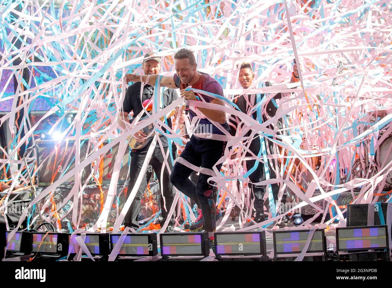 Il cantante Chris Martin si esibisce con la sua band Coldplay nella mostra Today della NBC a New York City, Stati Uniti, il 17 giugno 2021. REUTERS/Brendan McDermid Foto Stock