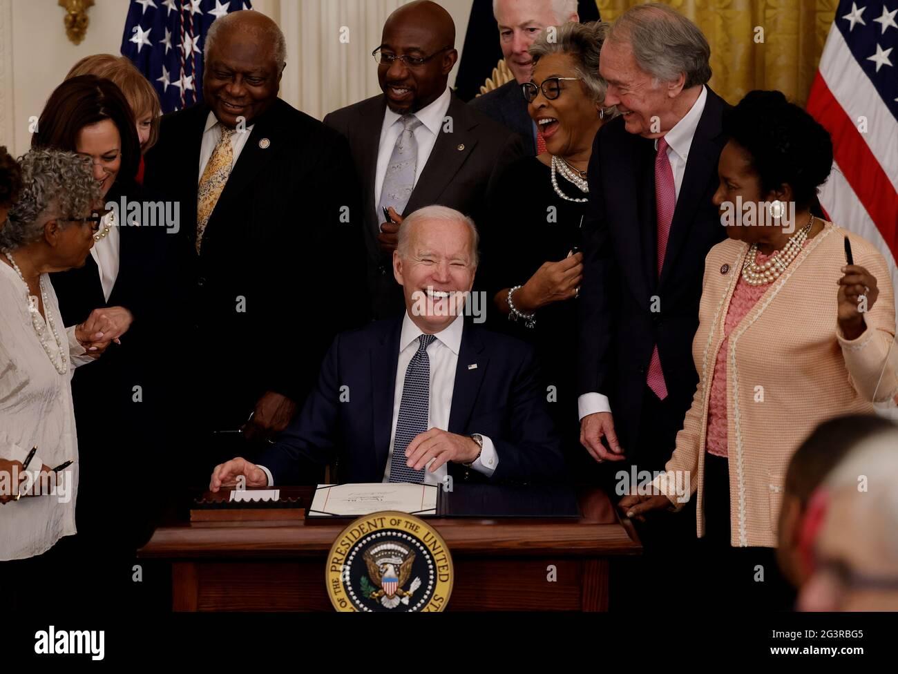 Il presidente degli Stati Uniti Joe Biden ride con il vice presidente Kamala Harris e i membri del Congresso mentre firma il Juneteicentesimo National Independence Day Act in legge come Vice presidente Kamala Harris si trova nella stanza orientale della Casa Bianca a Washington, Stati Uniti, 17 giugno 2021. REUTERS/Carlos Barrio Foto Stock