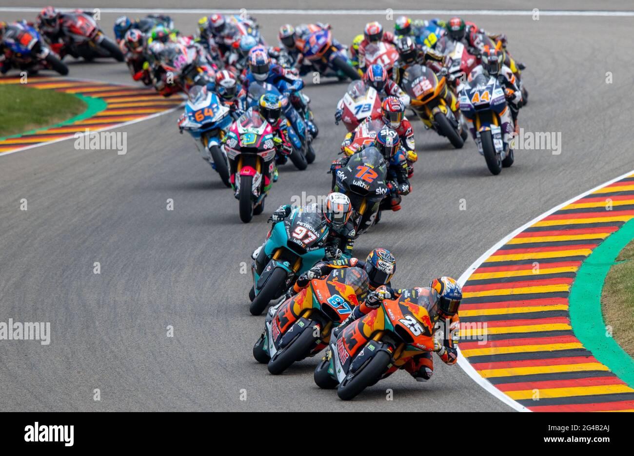 Hohenstein Ernstthal, Germania. 20 Giugno 2021. Motorsport/Moto, Gran Premio di Germania, Moto2 al Sachsenring. Il pilota spagnolo Raul Fernandez guida il campo dopo lo start. Credit: Jens Büttner/dpa-Zentralbild/dpa/Alamy Live News Foto Stock
