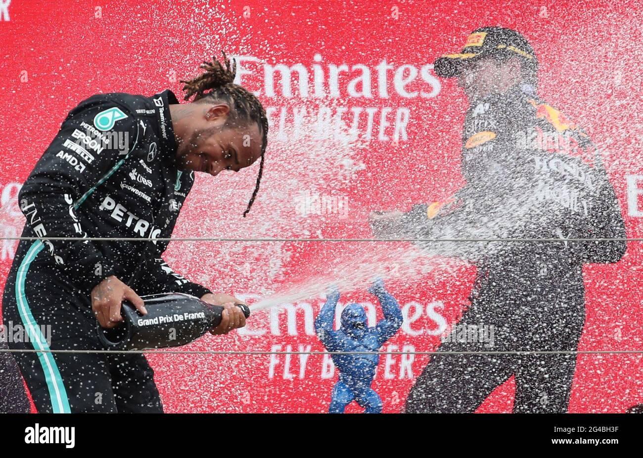 Formula uno F1 - Gran Premio di Francia - circuito Paul Ricard, le Castellet, Francia - 20 giugno 2021 Mercedes' Lewis Hamilton e Max Verstappen della Red Bull festeggiano con lo spumante sul podio dopo aver concluso la gara rispettivamente al secondo e al primo posto REUTERS/Yves Herman Foto Stock