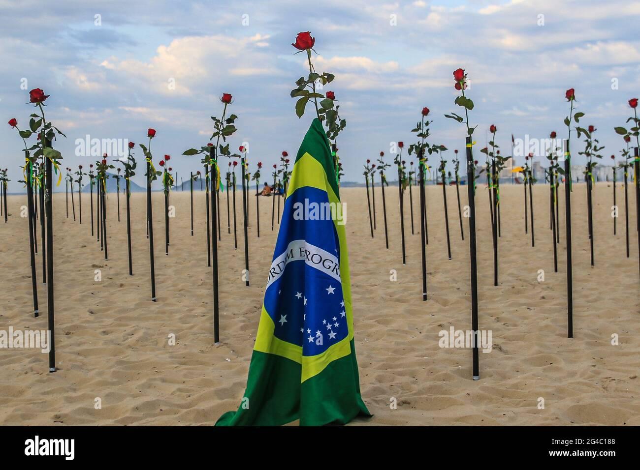 20 giugno 2021: BRASILE. RIO DE JANEIRO. 20 giugno 2021. La ONG Rio de Paz ha tenuto questa Domenica (20), sulla spiaggia di Copacabana, zona sud, una protesta dove ha messo 500 rose nella sabbia per protestare contro la pietra miliare raggiunto di 500,000 morti di covid-19 nel paese. Credit: Ellan Lustosa/ZUMA Wire/Alamy Live News Foto Stock