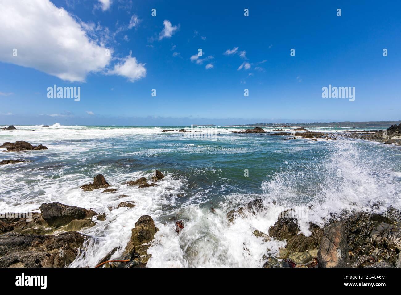 Mare turbolento a Pointe de Sehar, Trredez-Locquemeau, Cotes d'Armor, Bretagna, Francia Foto Stock